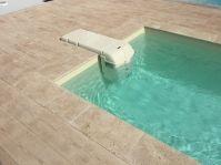 Petite piscine coque avec filtration intégrée - Photo piscine à coque