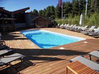 Piscine polyester, plage et extérieur bois ipe - lac-de-charmes - piscine coque polyester