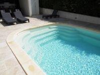 Escalier piscine avec banquette - Photo piscine à coque