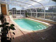 Piscine coque d'intérieur, aménagement piscine d'intérieur avec abris piscine -  - piscine coque polyester