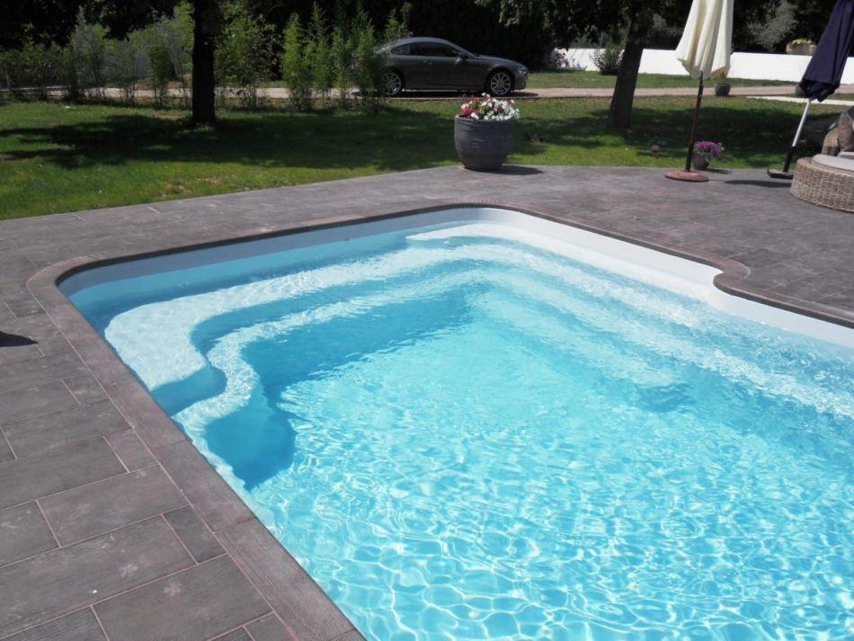 piscine coque à escalier latéral