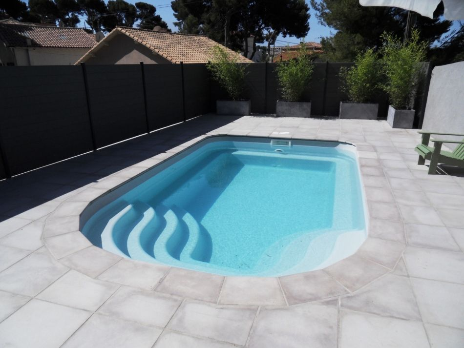 Piscine coque moderne le design d 39 une piscine polyester for Dimension piscine coque