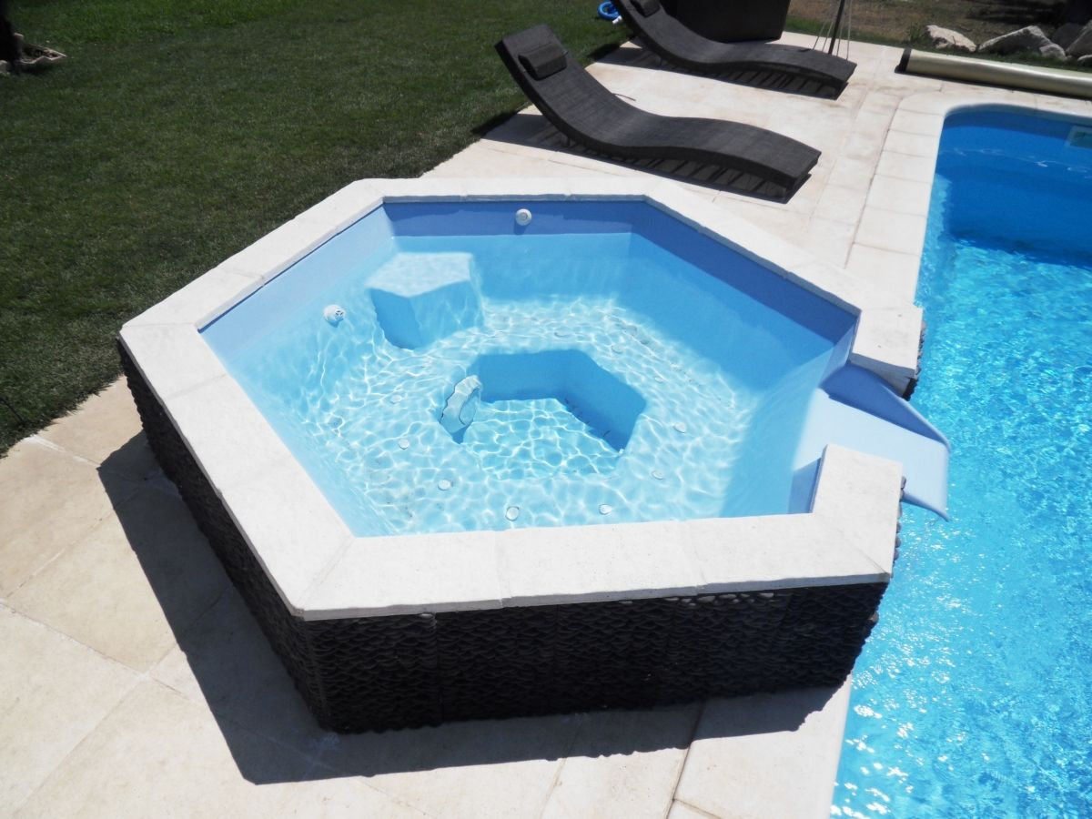 Spa d bordement piscine jacuzzi pour piscine for Piscine coque debordement