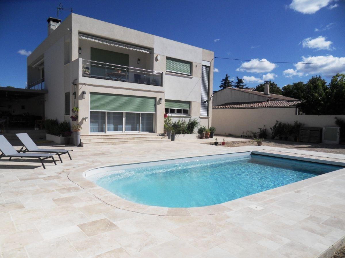 Photo Modèle ubaye avec travertin - Photo d'une piscine coque