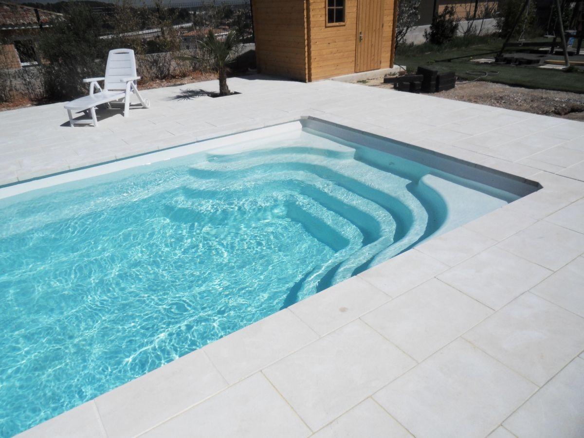 Photo Piscine modèrne à angle droit - Photo d'une piscine coque