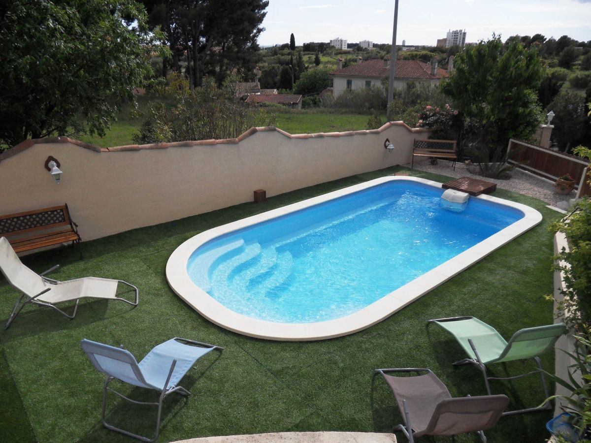 Photo piscine avec bloc filtrant immergé - Photo d'une piscine coque