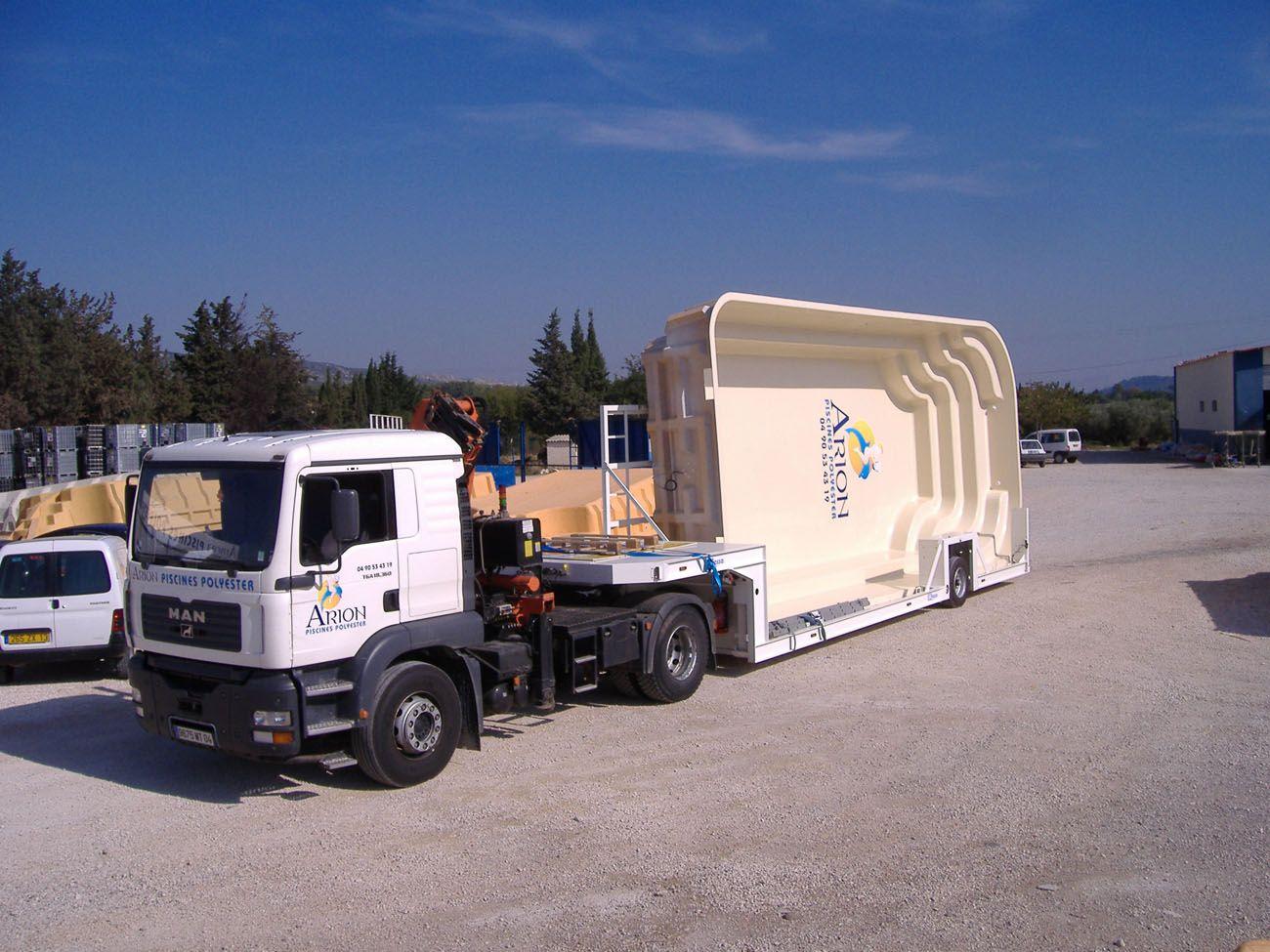 livraison de la piscine flotte de camion grue. Black Bedroom Furniture Sets. Home Design Ideas