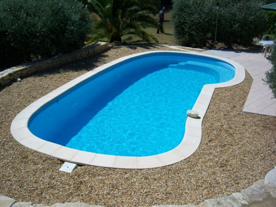 Piscine aux formes naturelles piscine lagon for Piscine coque polyester d exposition