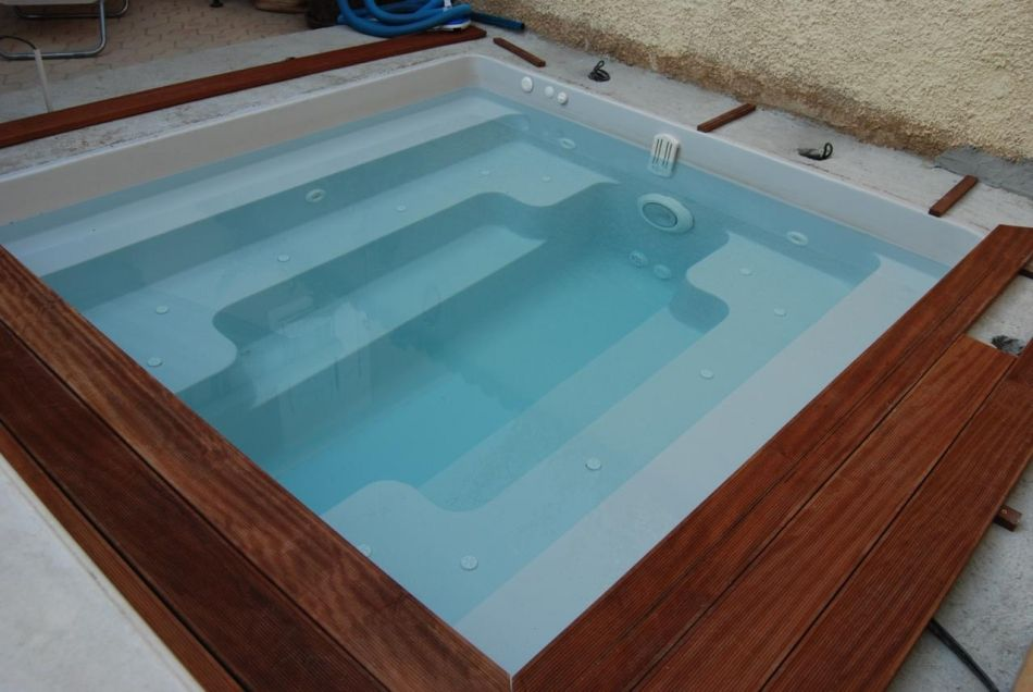 Le spa 8 places assises spa carr d 39 int rieur for Piscine plastique
